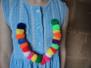making-festive-necklaces-plain-pompoms-close-up
