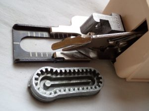 vintage-buttonholes-keyhole-cam-and-attachment